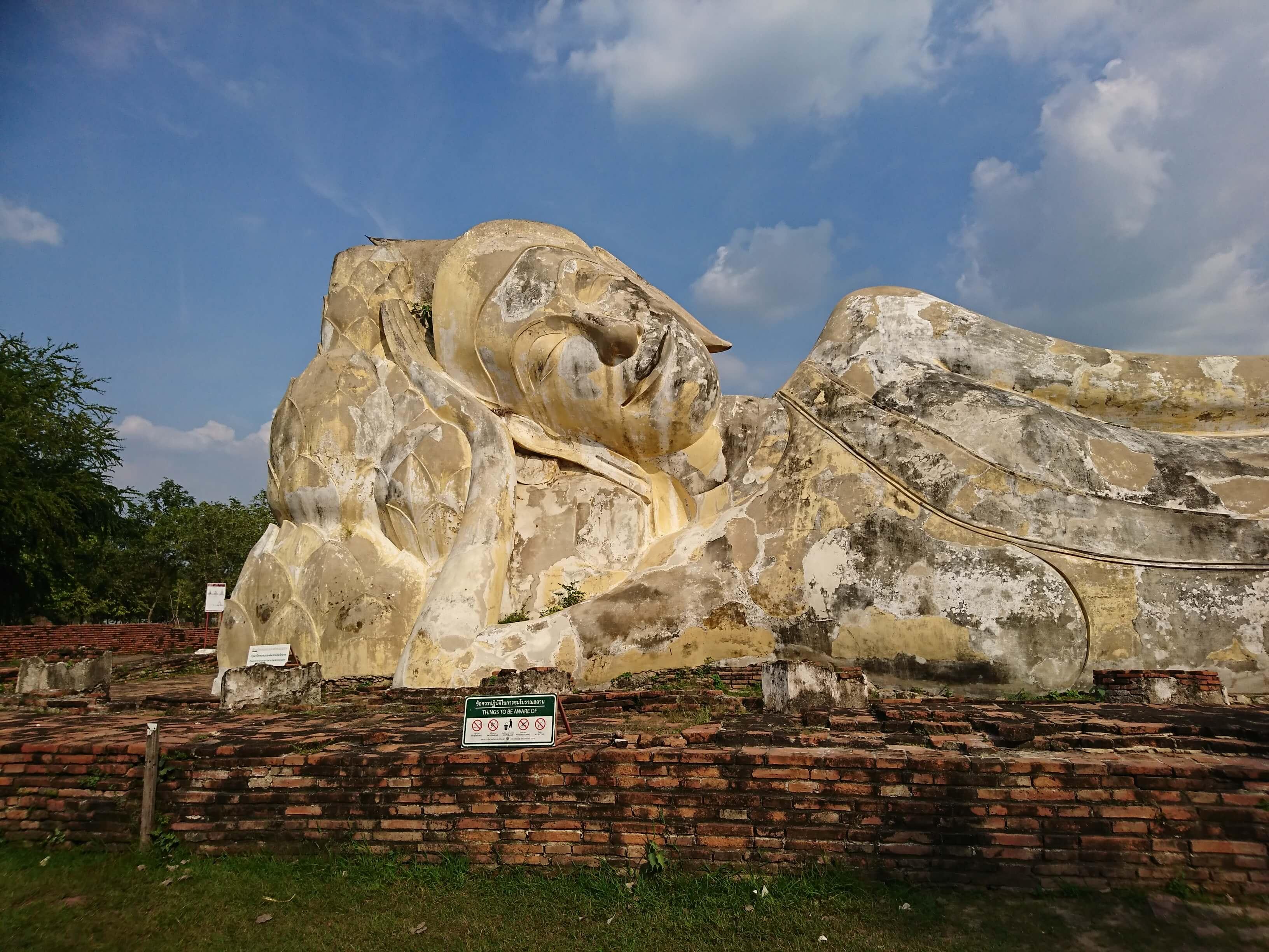 ワットローカヤスターラーム(วัดโลกยสุธาราม・Wat Lokayasutharam)/ 王朝初期に建立され、アユタヤでも最大規模の涅槃像が佇む仏教寺院遺跡