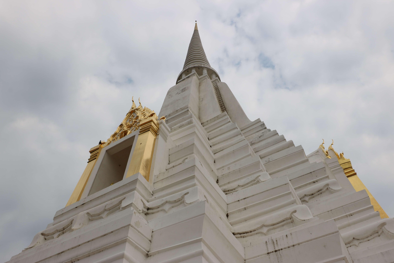 ワットプーカオトーン(Wat Phu Khao Thong) / アユタヤの田園地帯にそびえる「黄金の仏塔寺院」