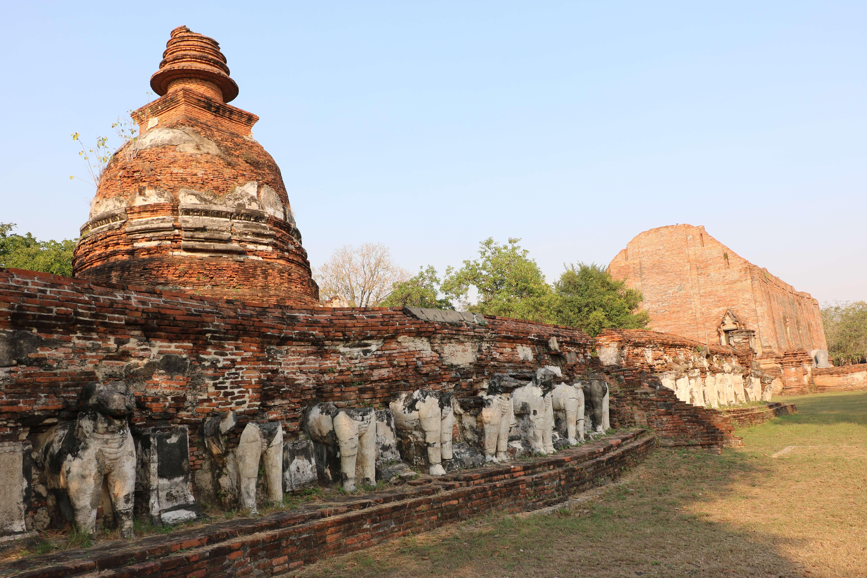 ワット マヘーヨン / 王の回廊とゾウの彫刻が守るチェーディーを持つ寺院遺跡