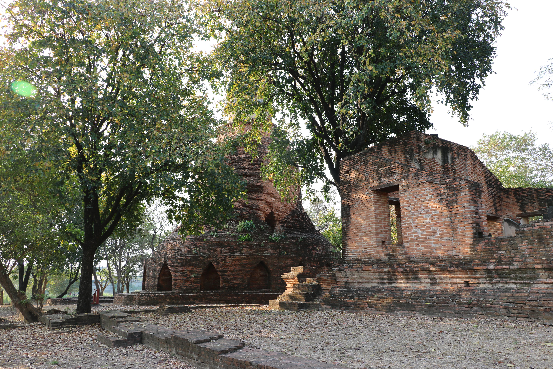 ワットシカーサムッド / 境界石の意味を持つお濠に囲まれ、精霊の像を安置する珍しい仏教寺院遺跡