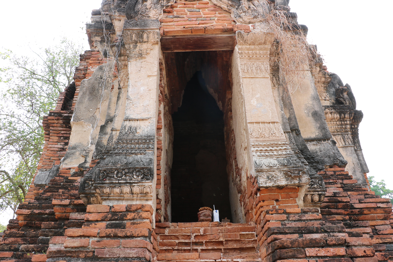 ワットソム(Wat Som)/ 美しいクメール様式のチェーディー(仏塔)に施されたレリーフは必見!