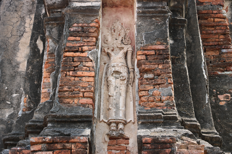 ワットサンカテェ(Wat Sangkha Tha)/ けもの道を通り、野原を抜けた場所にある放棄された仏教寺院遺跡