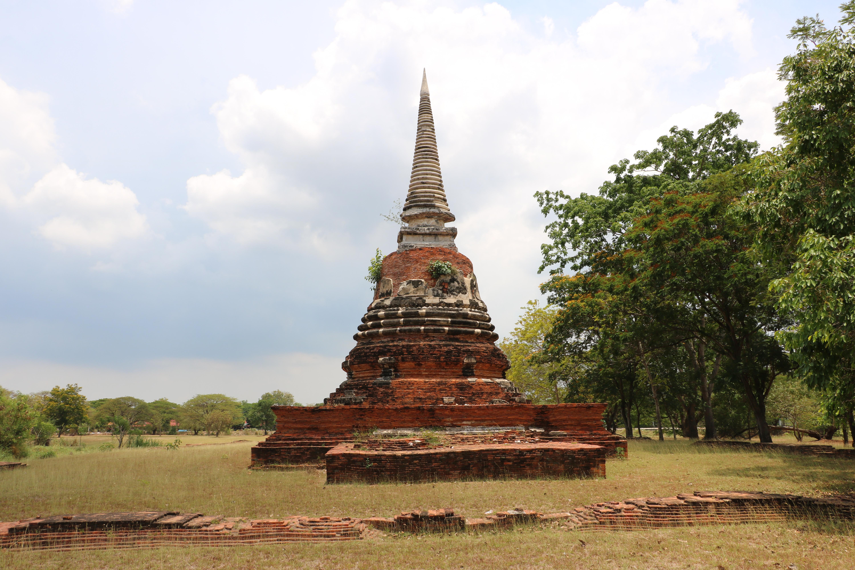 ワットマハサマン(Wat Maha Saman)/ 旧運河に囲まれ、野原の中を歩いて行くしかない仏教寺院遺跡