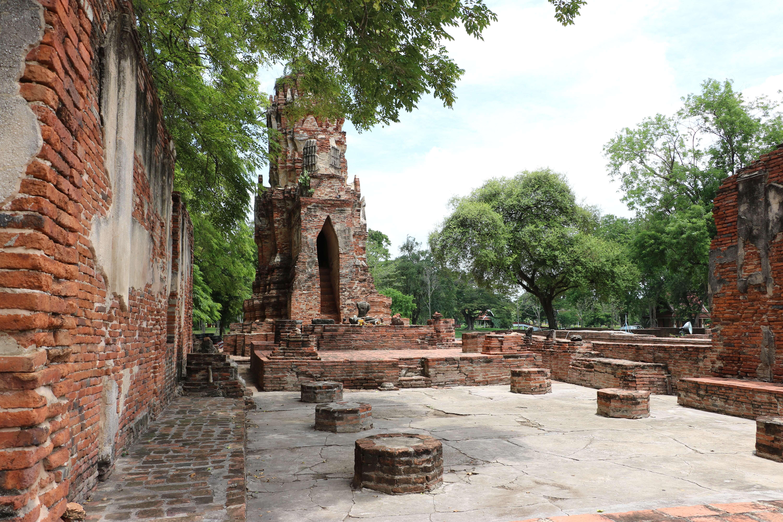 ワットノック(Wat Nok)/ クメール様式のメインチェーディー(仏塔)と美しいレリーフが残る由緒ある仏教寺院遺跡