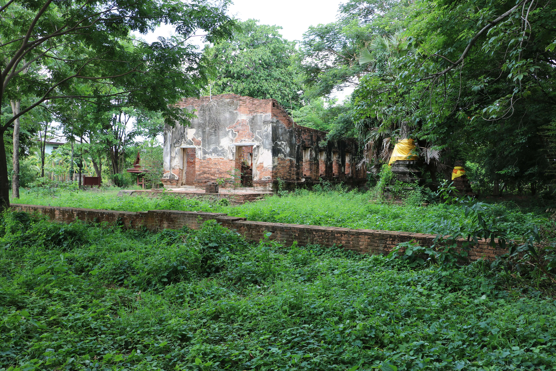 ワットマイコンサブゥア(Wat Mai Khlong Sra Boa)/ 礼拝堂とチェーディー(仏塔)にレリーフが残り、大きな鐘楼を持つ隠れた仏教寺院遺跡