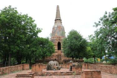 ワットナーンカム(Wat Nang Kham・วัดนางคำ)/ 狭い路地を抜けた集落の中心にあり、アユタヤ王朝初期に建立された小さな仏教寺院遺跡