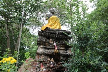 ワットカムペーン(วัดกำแพง・Wat Kamphaeng)/ 小さな運河沿いの路地の奥にあり、緑に囲まれた公園のような仏教寺院遺跡