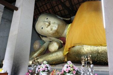 ワットサームウィハーン(วัดสามวิหาร・Wat Sam Vihan)/ 600年前に作られた涅槃像を祀り、王族も訪れる由緒ある現存仏教寺院